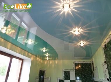 Три цвета глянцевого потолка с криволинейной спайкой