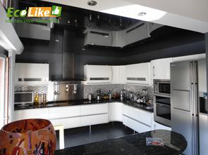 Чёрный глянцевый натяжной потолок на кухне фото