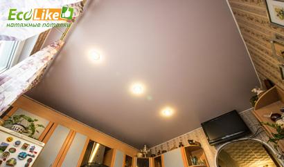 Бежевый сатиновый потолок